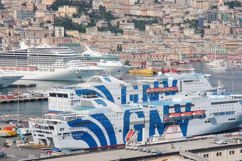 Traghetti e navi da crociera messi in bacino nel porto di Genoa Italy fotografie stock