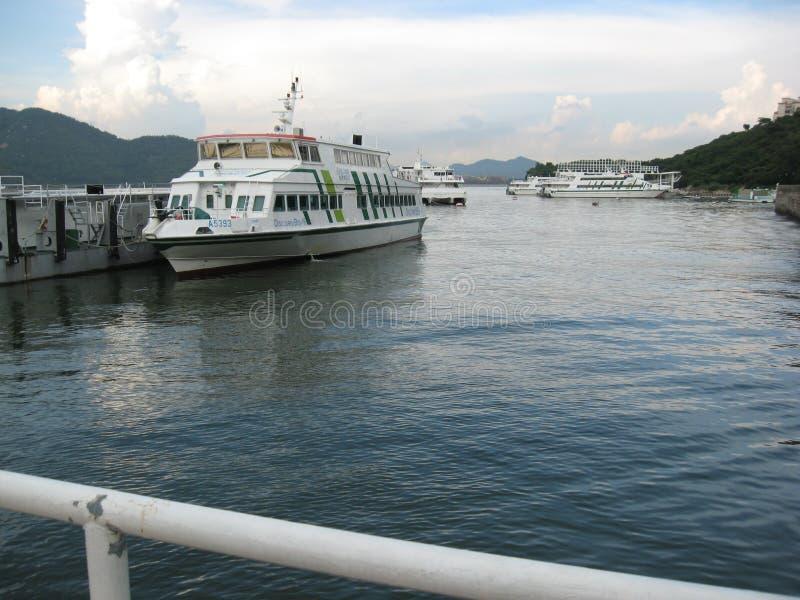 Traghetti messi in bacino vicino al pilastro alla baia di scoperta, isola di Lantau, Hong Kong immagini stock