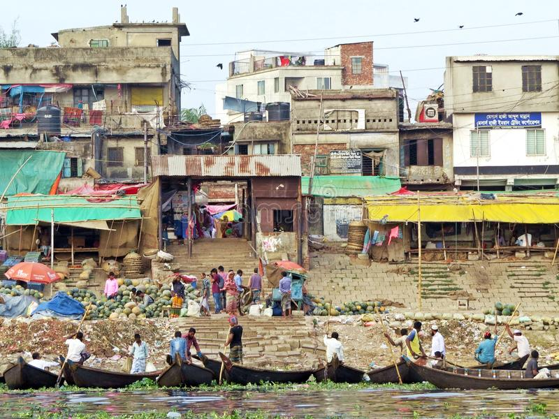 Traghetti a porto di Dacca, fiume di Buriganga, Dacca, Bangladesh immagini stock