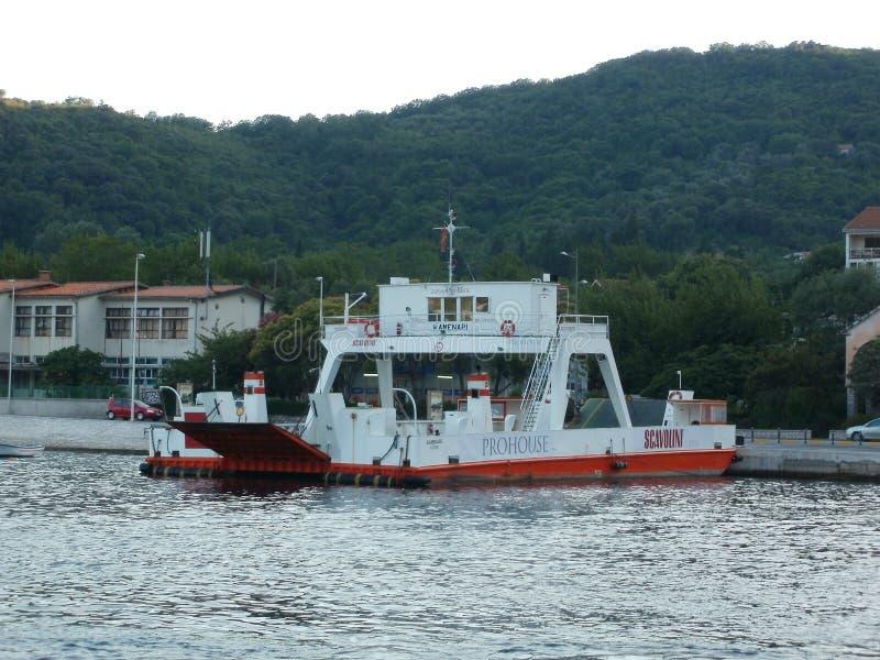 Traghetto al mare davanti alla montagna fotografia stock