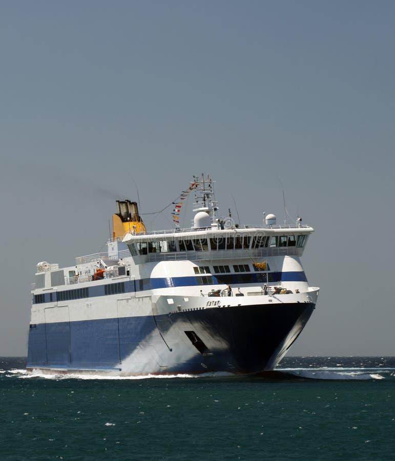 Traghetto che arriva a Mykonos immagini stock