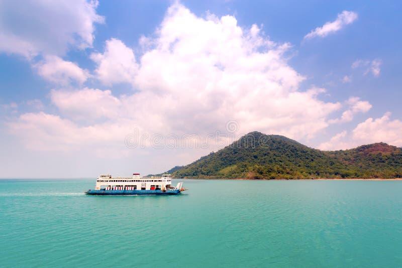 Traghetto che si dirige all'isola immagini stock