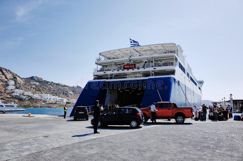 Traghetto della stella blu al terminale di traghetto di nuovo porto in Tourlos, GRECIA immagine stock