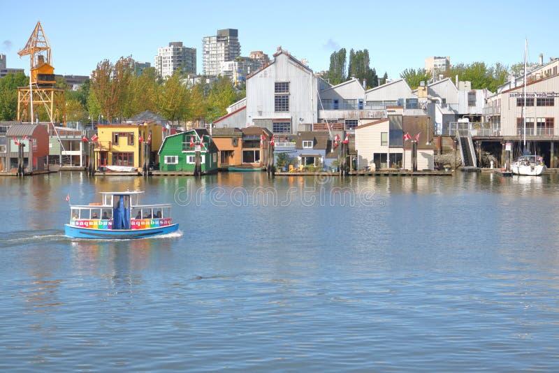 Traghetto e case galleggianti di False Creek immagini stock libere da diritti