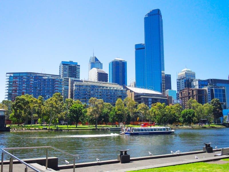 Traghetto facente un giro turistico nel fiume di Yarra con la bella vista di paesaggio urbano di Melbourne CBD nel giorno soleggi fotografia stock