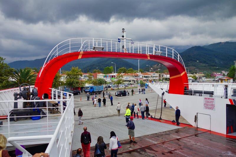 Traghetto greco messo in bacino sull'isola greca di Thassos, Grecia immagini stock