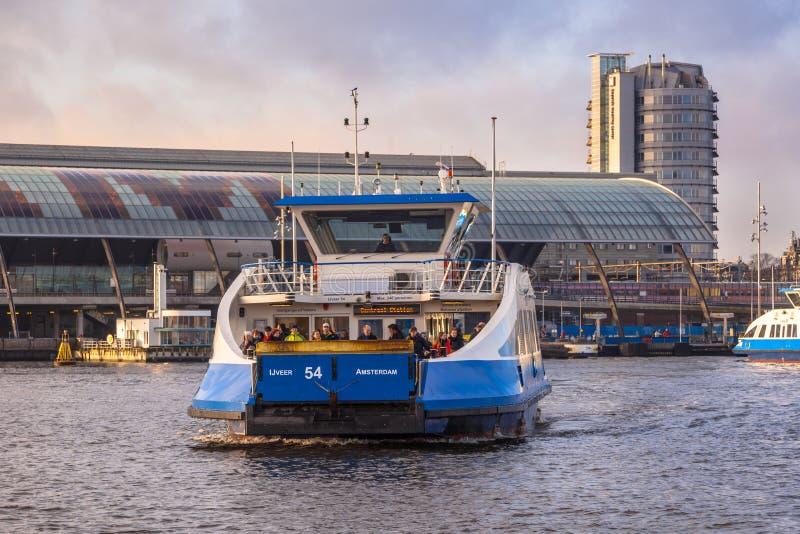 Traghetto sopra il ij ijveer nel centro di amsterdam for Centro di amsterdam