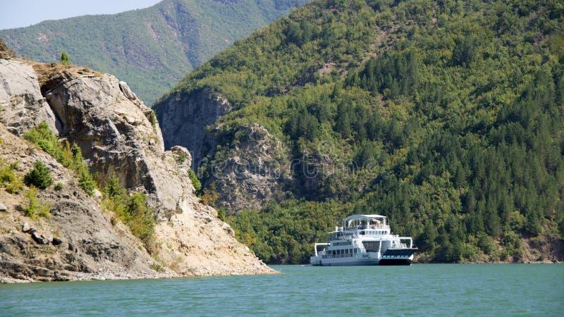 Traghetto sul lago Komani in Albania fotografia stock