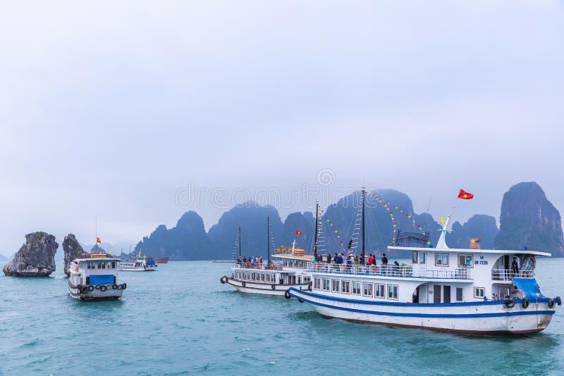 Traghetto turistico nella baia di Halong, il sito del patrimonio mondiale dell'Unesco in Vietnem fotografia stock libera da diritti