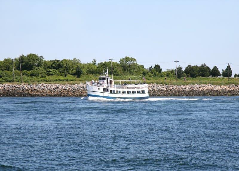 Traghetto turistico sul canale fotografie stock libere da diritti