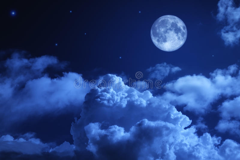 Tragischer nächtlicher Himmel mit einem Vollmond stockbild