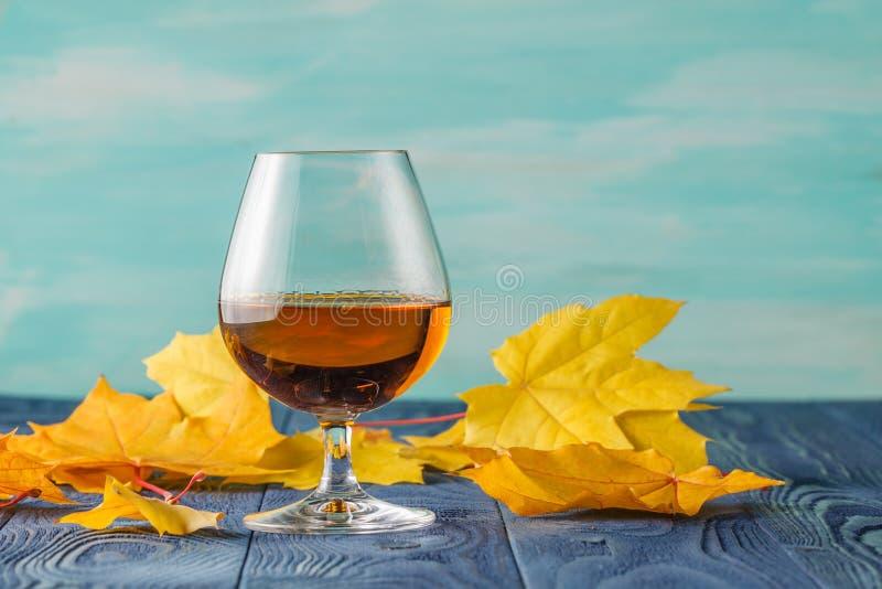 Trago con brandy en la tabla azul en barra fotos de archivo