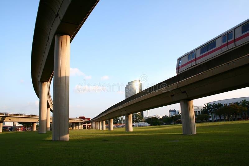 Download Train à grande vitesse photo stock. Image du passage, piliers - 739596