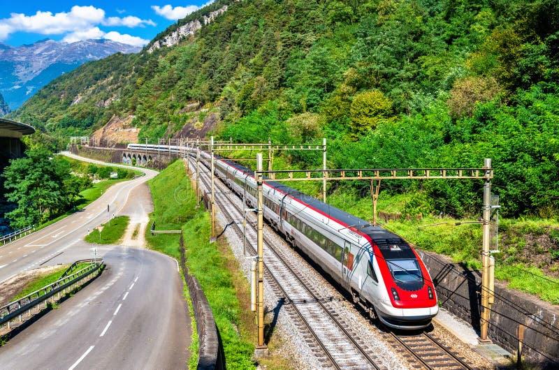 Train à grande vitesse de inclinaison suisse sur le chemin de fer de Gotthard photographie stock libre de droits