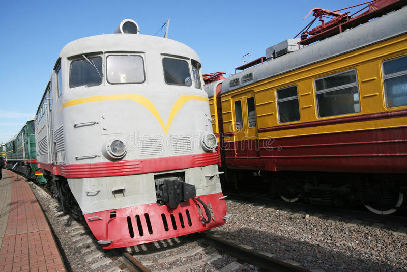Train à la station images stock