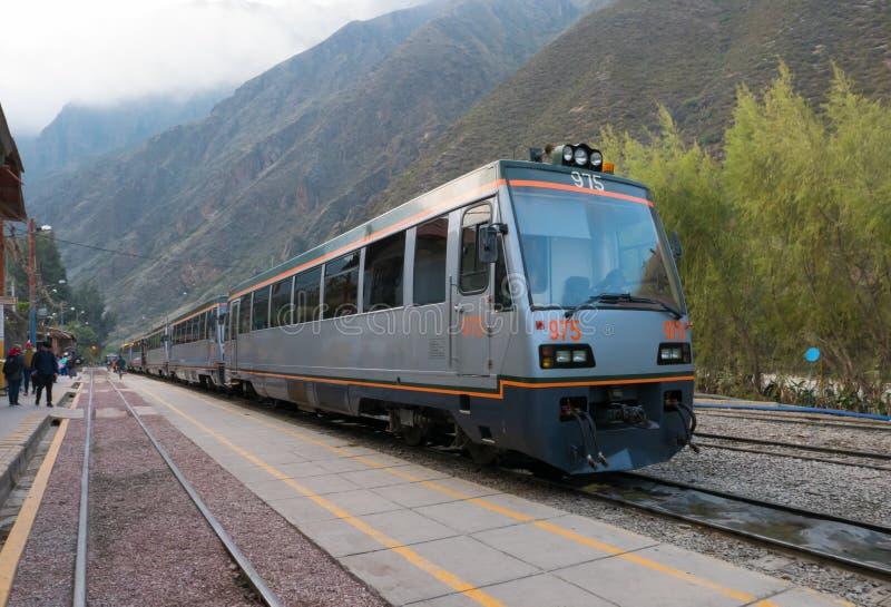 Train à la station Pérou de Machu Picchu Ollantaytambo photographie stock libre de droits