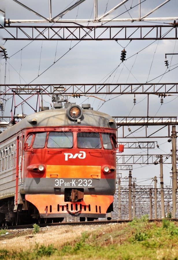 Train électrique suburbain rouge moderne images stock
