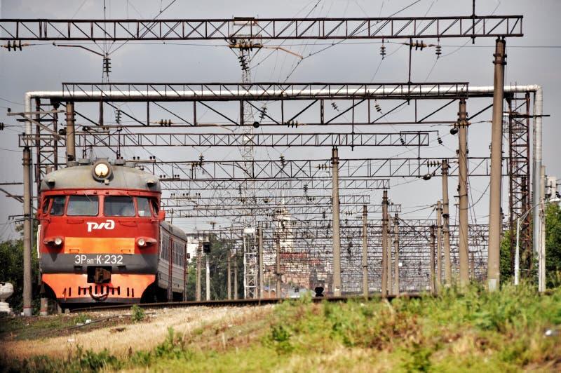 Train électrique suburbain rouge moderne photo stock