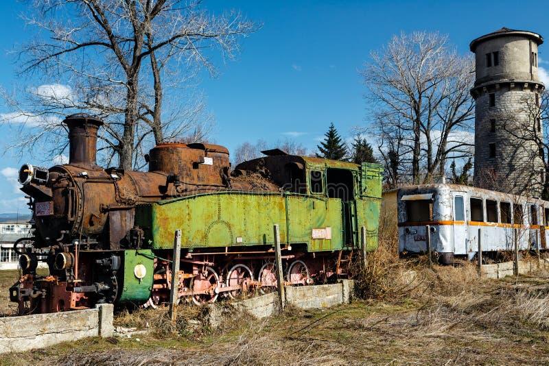Train abandonné avec la machine à vapeur rouillée photo libre de droits