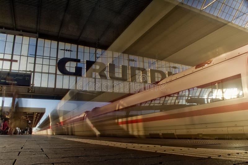 Train allemand brouillé de GLACE partant du matin Sun de Munich Hauptbahnhof photo stock