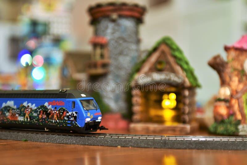 Train alpin de Marklin passant par le village féerique photographie stock