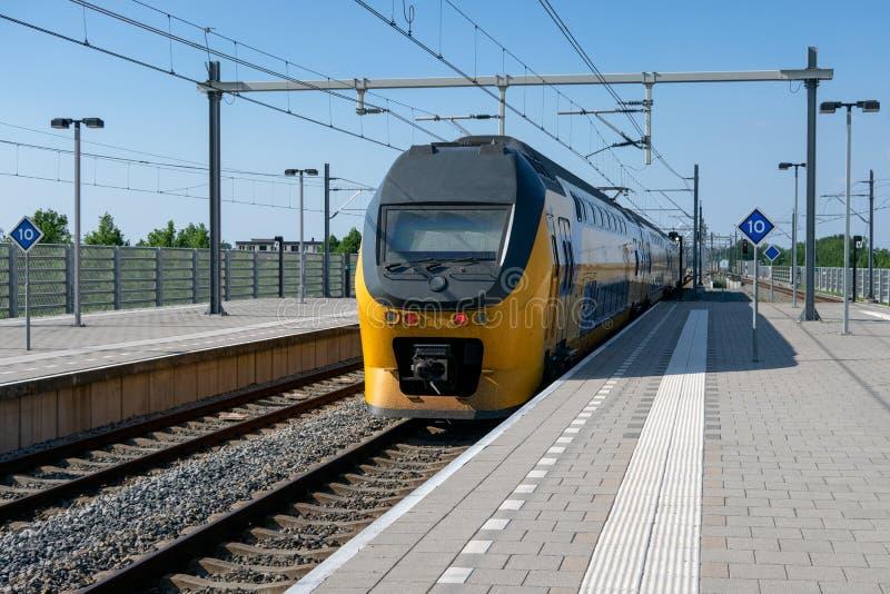 Train arrivant à la station centrale Lelystad, Pays-Bas photographie stock libre de droits