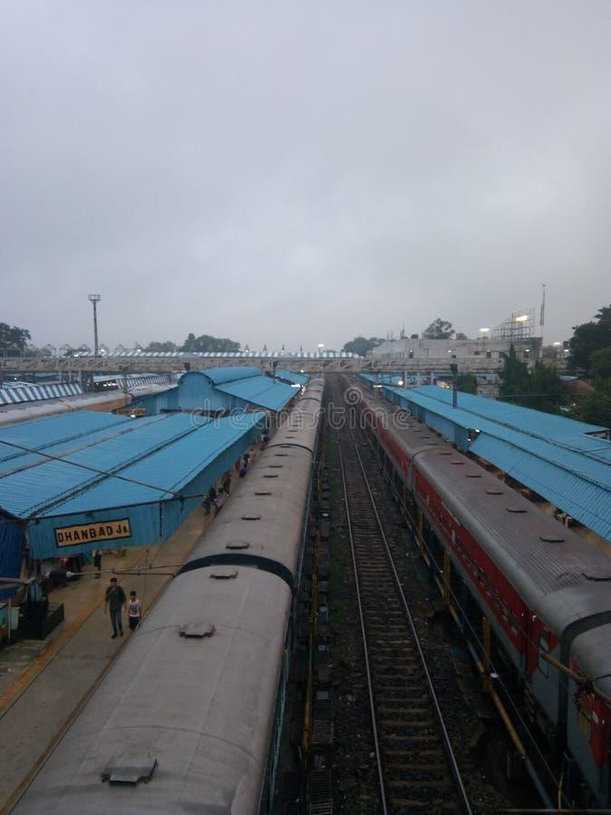Train attendant le signal vert à Dhanbad Jn. dans l'Inde du Jharkhand photographie stock
