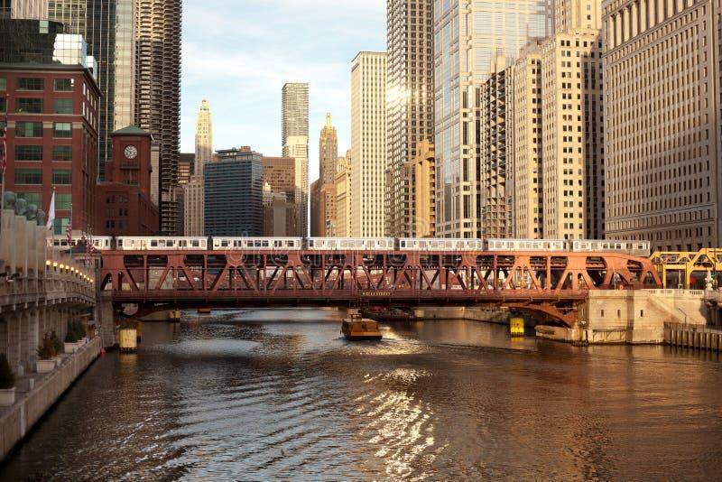 Train au-dessus de la rivière Chicago sur la rue de Wells photo libre de droits