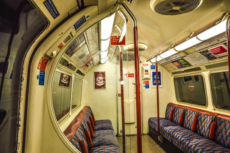 Train au fond de Londres à l'intérieur photos libres de droits