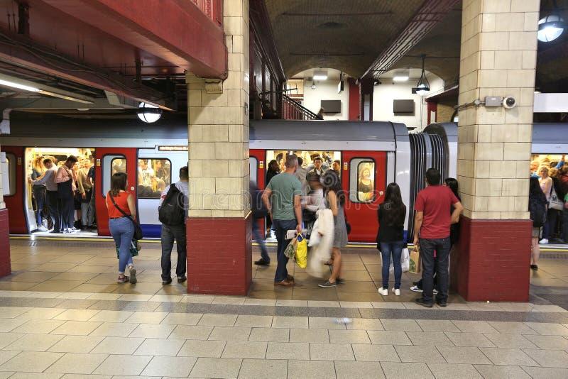 Train au fond de Londres image libre de droits