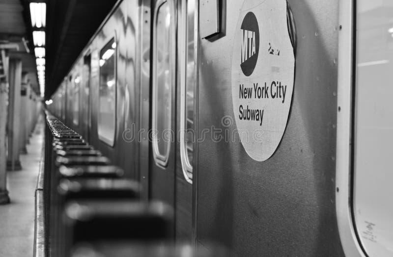 Train au fond de New York City de souterrain de signe de MTA photo libre de droits