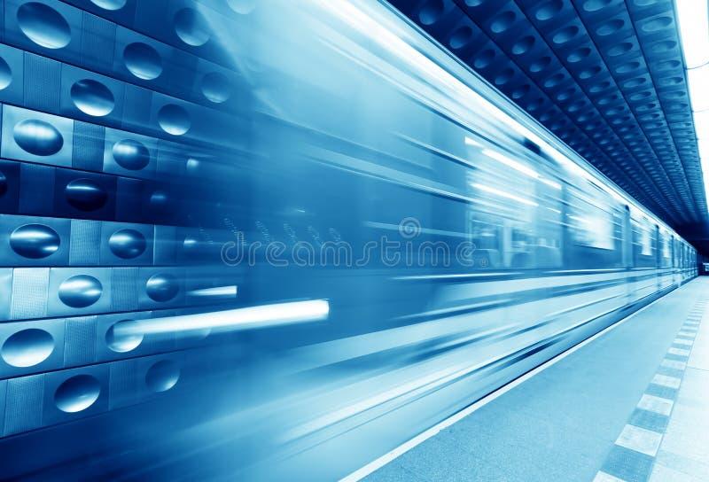 Train au fond, souterrain dans le mouvement Teinte bleue images stock