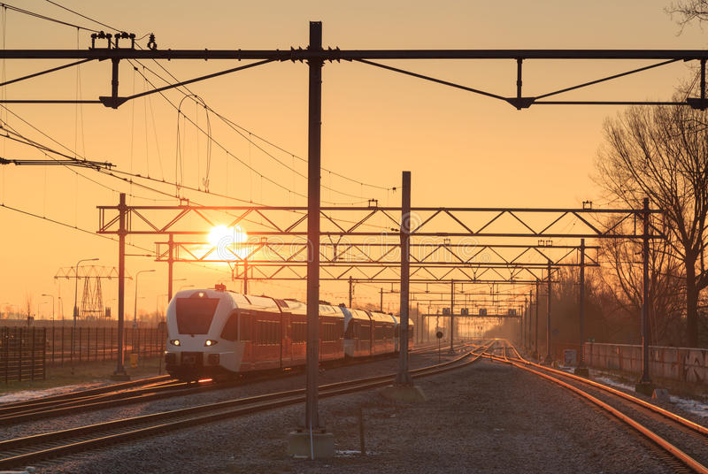 Train au lever de soleil image libre de droits