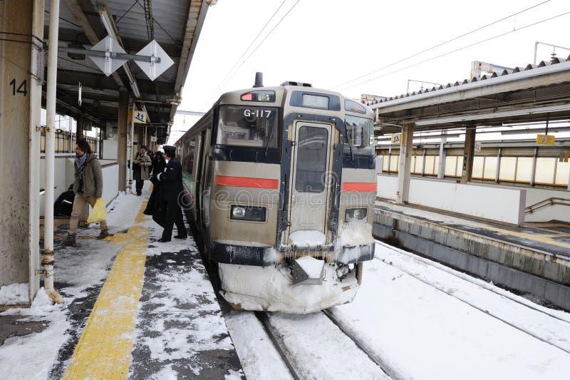 Train blanc sur le chemin de fer au Japon photographie stock libre de droits