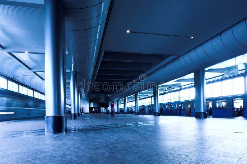 Train bleu au souterrain photos stock