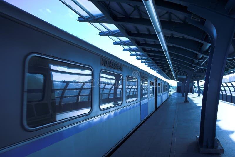 Train bleu au souterrain photo libre de droits