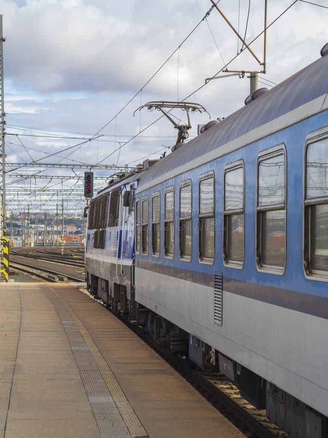 Train bleu avec la locomotive diesel sur la plate-forme vide dans le sta de train photo stock