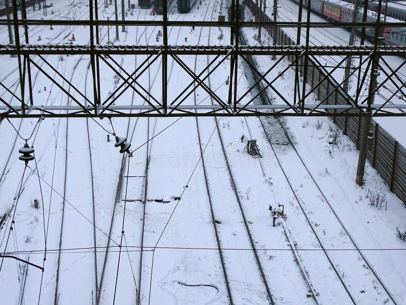 Train couvert de neige sur le chemin de fer photo stock