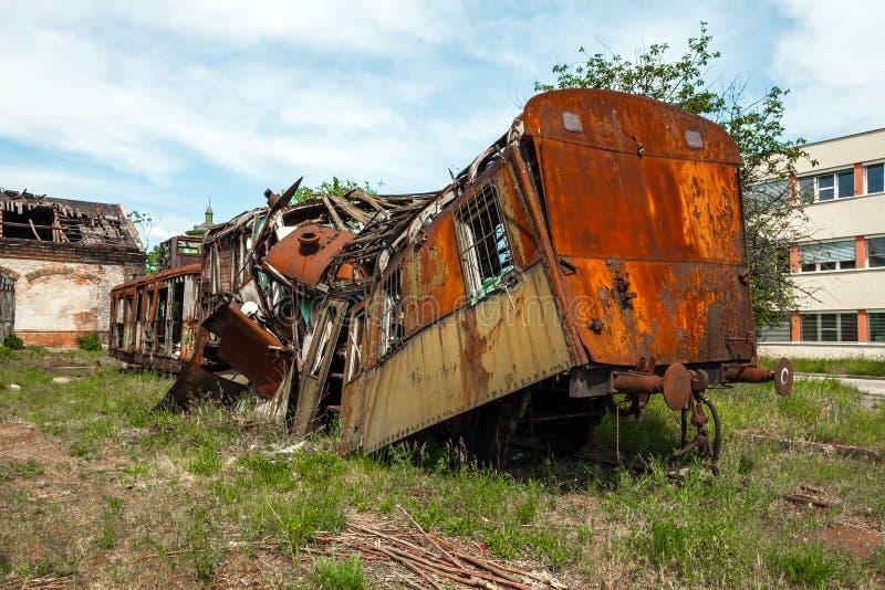 Train détruit au vieux dépôt images libres de droits