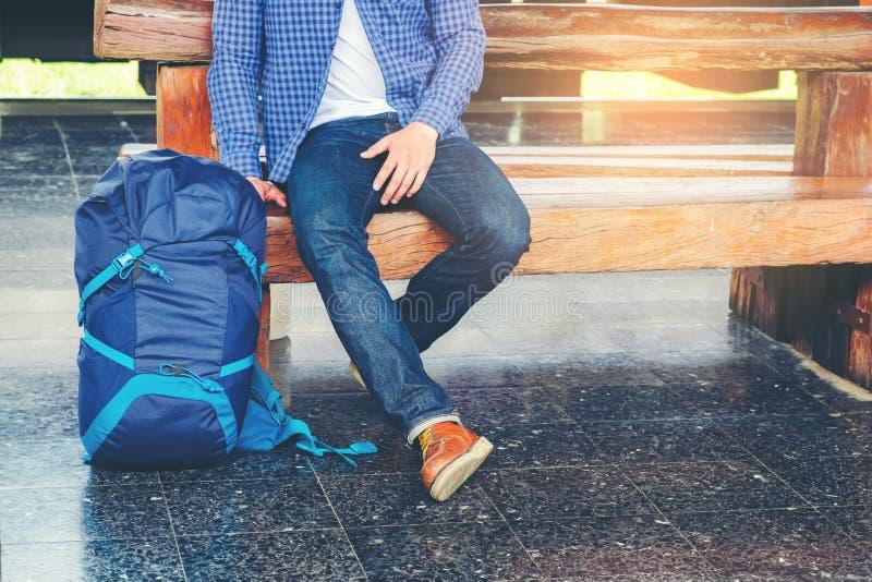 train d'attentes d'homme de voyageur sur la plate-forme ferroviaire photo stock