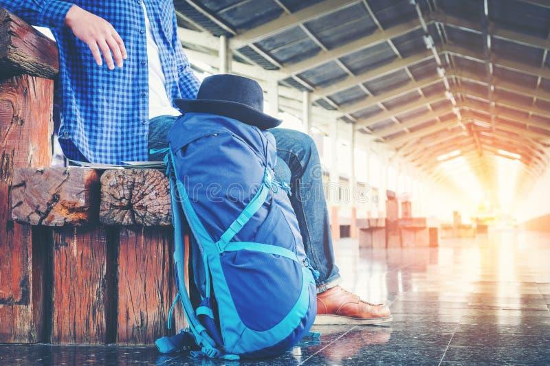 train d'attentes d'homme de voyageur sur la plate-forme ferroviaire photo libre de droits
