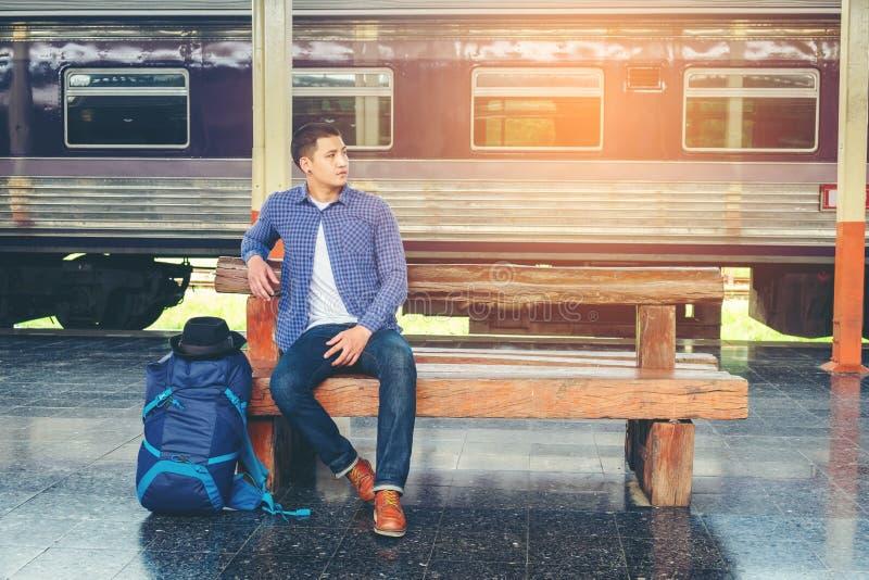train d'attentes d'homme de voyageur sur la plate-forme ferroviaire photos libres de droits