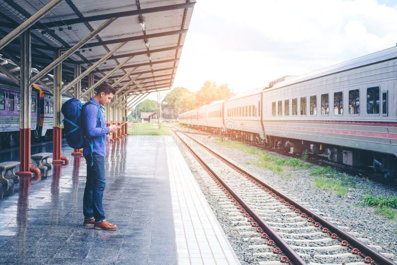 train d'attentes d'homme de voyageur sur la plate-forme ferroviaire image stock