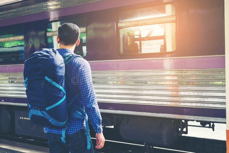 train d'attentes d'homme de voyageur sur la plate-forme ferroviaire images stock