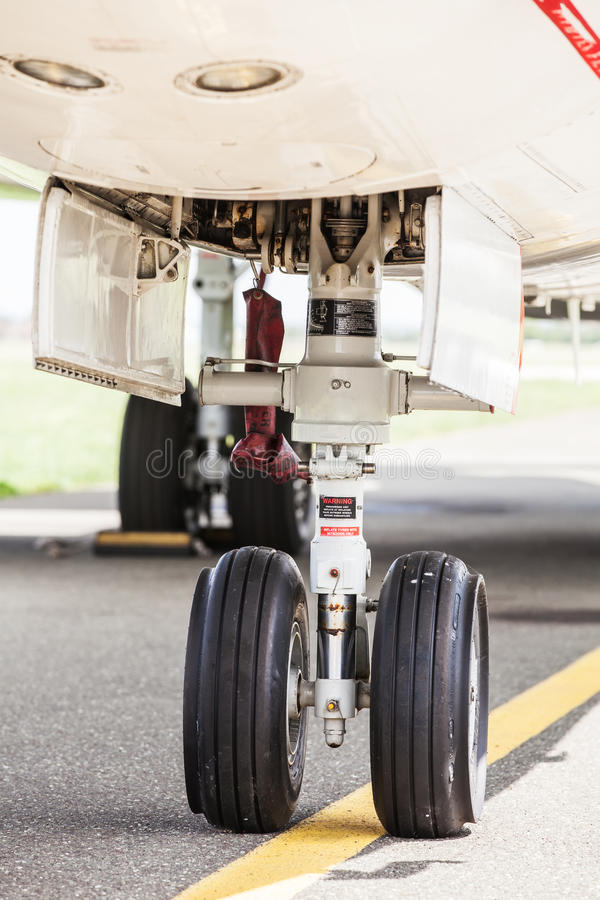Train d'atterrissage avant d'un jet image libre de droits
