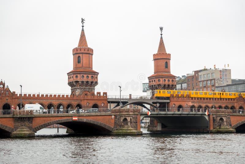 Train d'U-Bahn passant au-dessus du pont d'Oberbaum à Berlin, Allemagne photographie stock