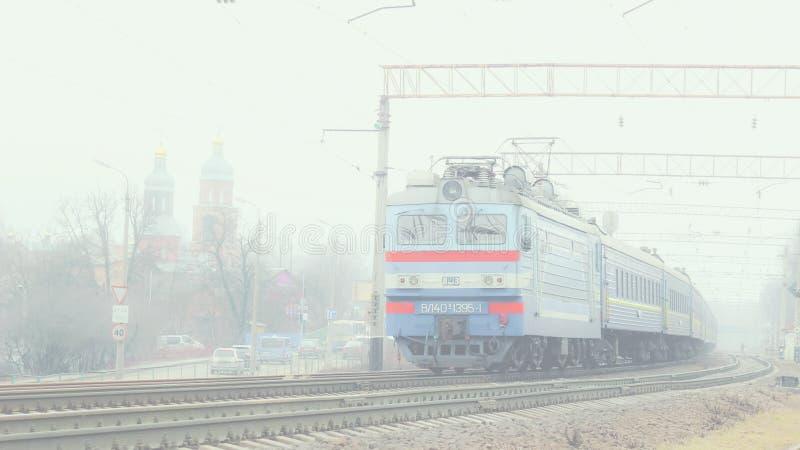 Train dans brumeux images stock
