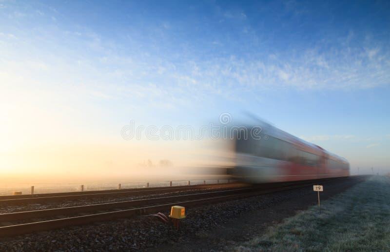 Train dans le brouillard photo stock