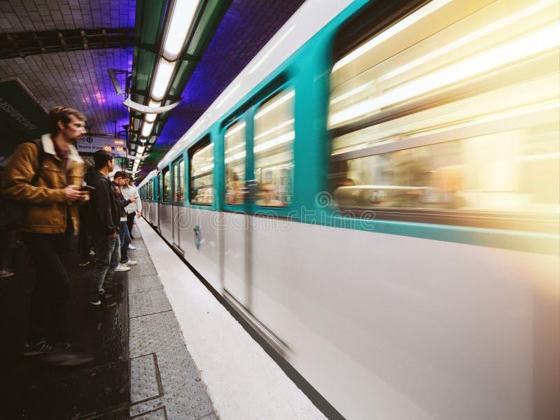 Train dans le souterrain dans les Frances, Paris image stock