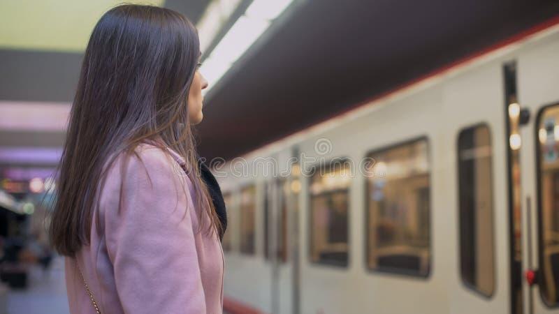 Train de attente attrayant de jeune dame dans le souterrain, transport en commun, ville image stock